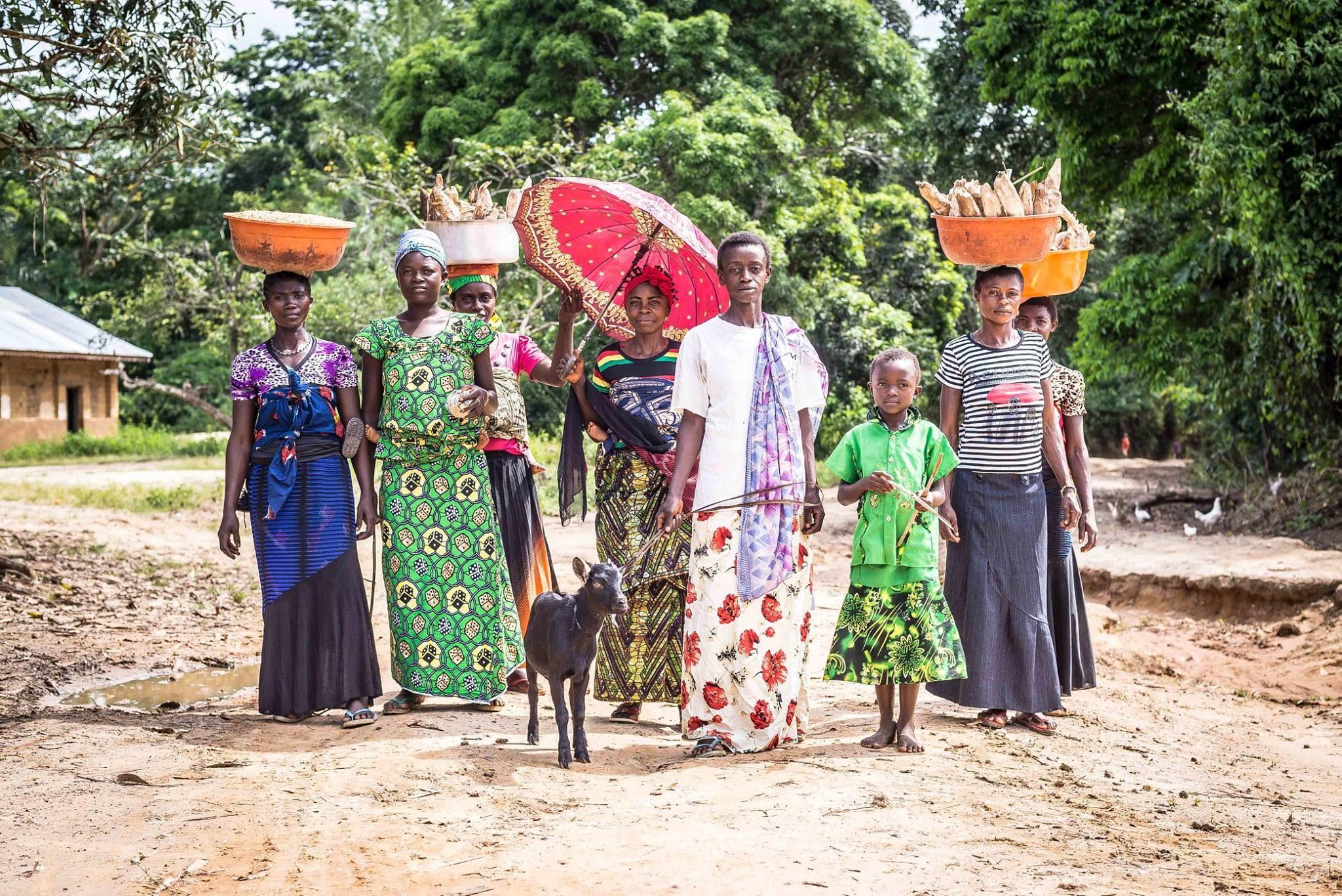Femmes sur le chemin de Wamaza, Maniema. République démocratique du Congo, 2014.