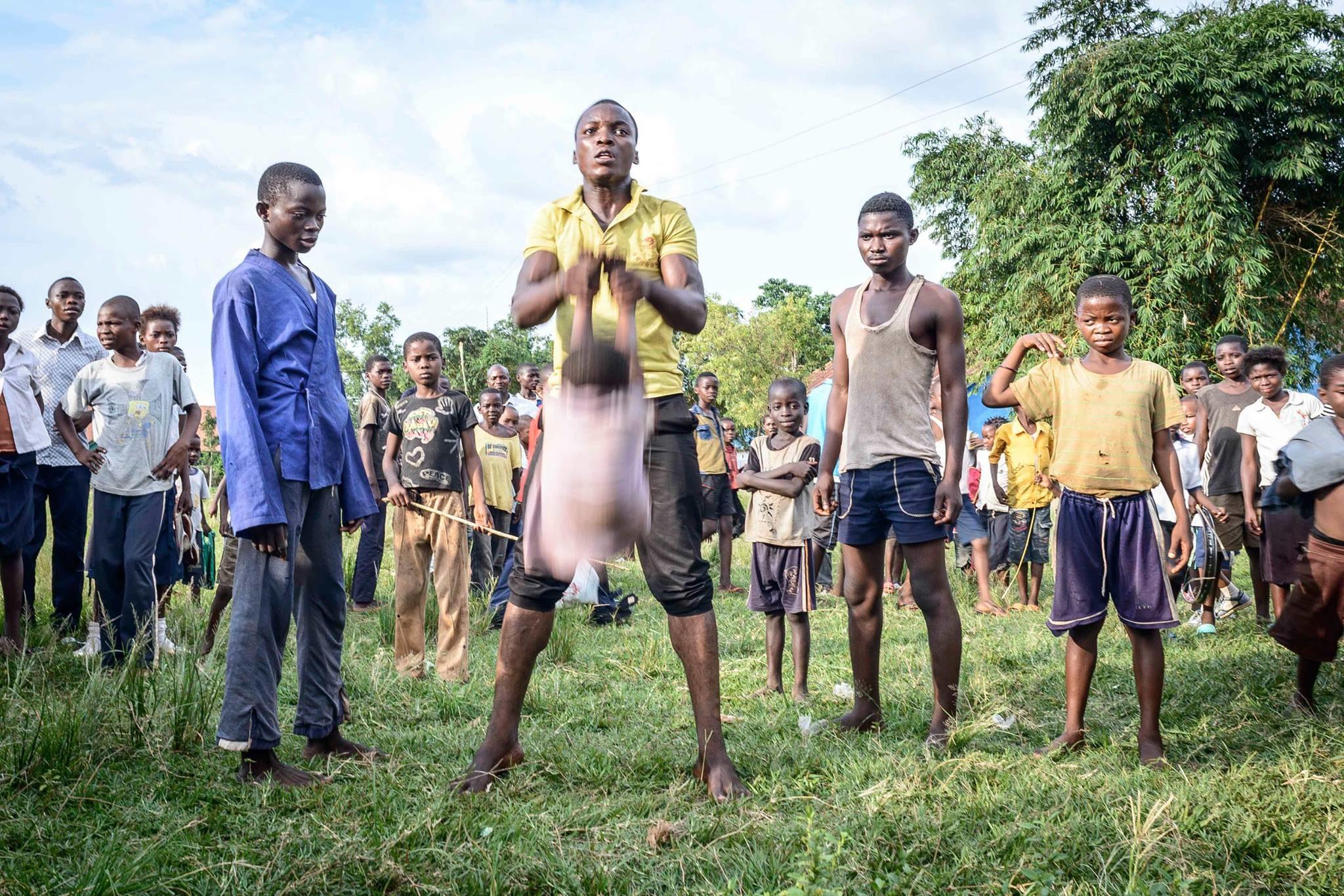 Acrobates dans la Cité de Mbuji-Mayi. République démocratique du Congo, 2014.