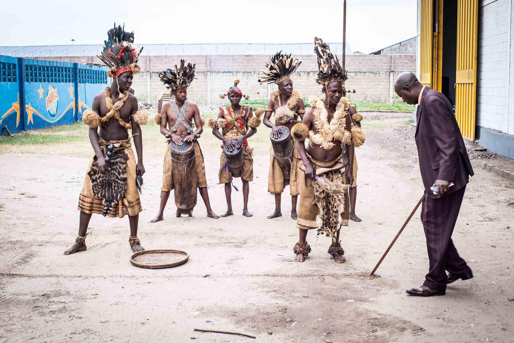 Danseurs traditionnels à la foire internationale de Kinshasa. République démocratique du Congo, 2014.