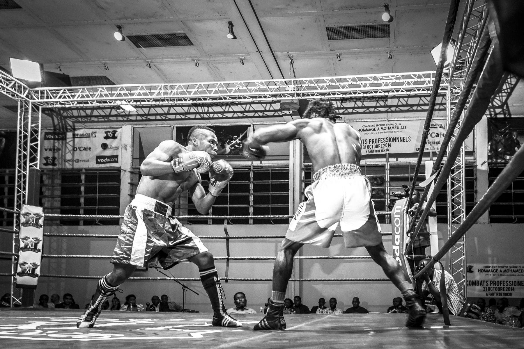Le boxeur Abouba Kabeya, pendant son combat. Kinshasa, octobre 2014.