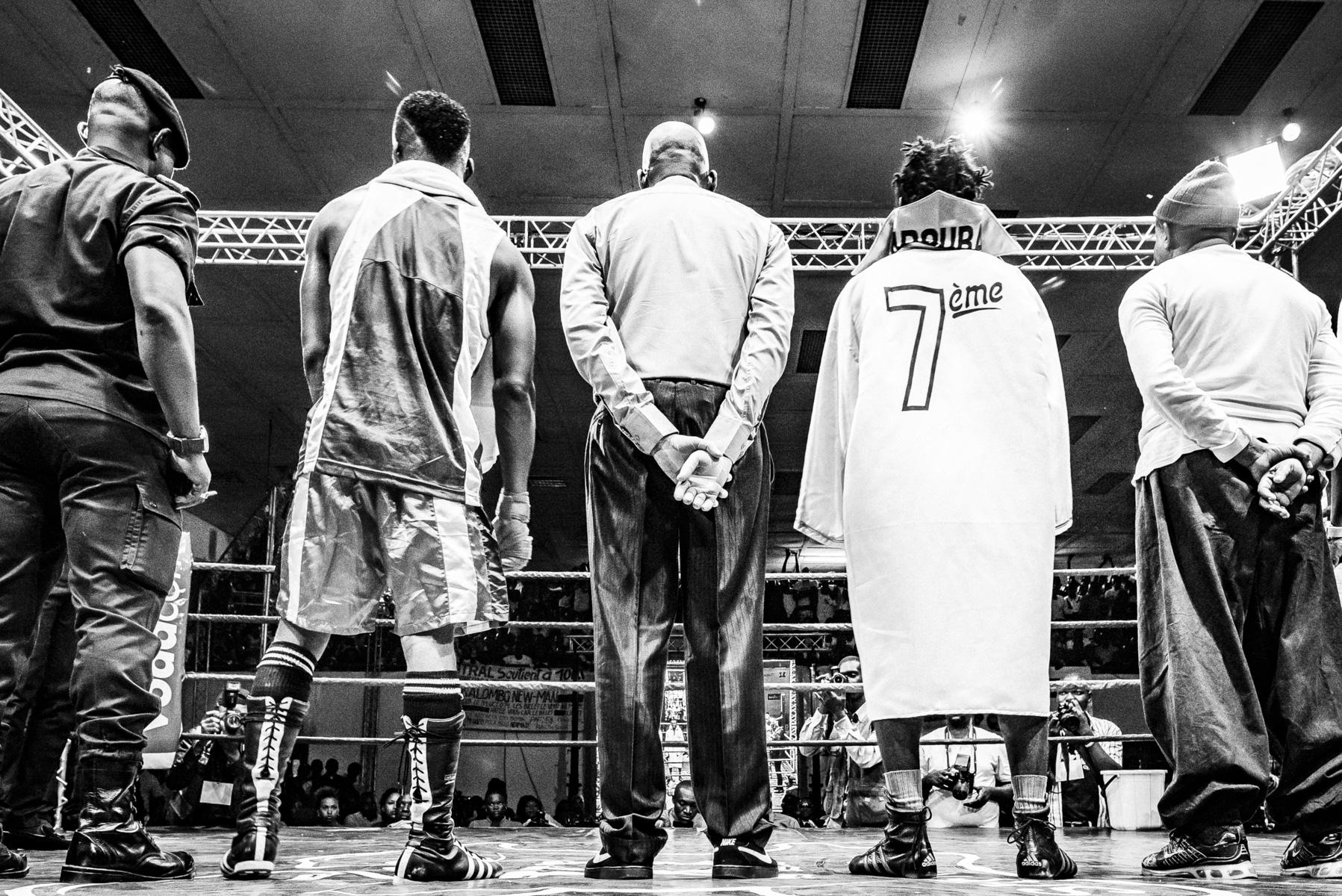 En attente du résultat du combat de boxe. Kinshasa, octobre 2014.