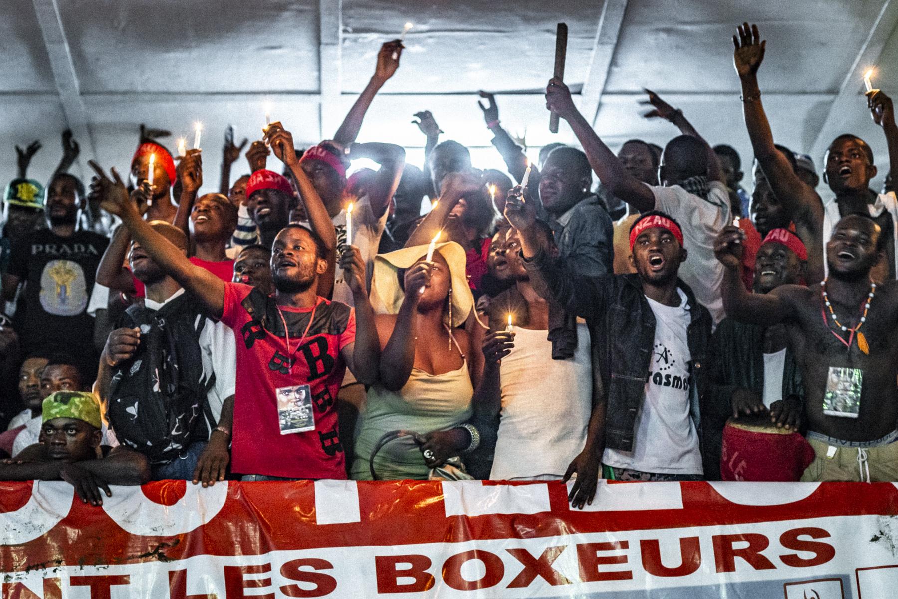 Spectateurs d'une réunion de boxe au Shark Club de Kinshasa, octobre 2014.