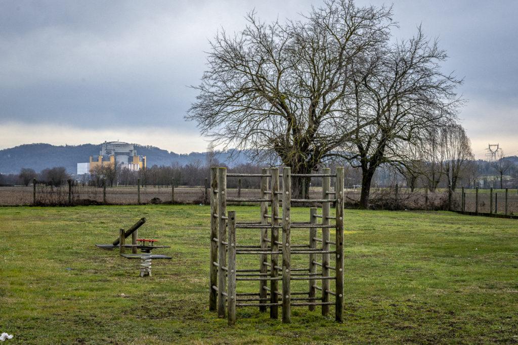 Aire de jeu de l'école primaire de Briord (Ain), le vendredi 7 février 2019. En arrière-plan, la centrale de Malville, en cours de démantèlement.