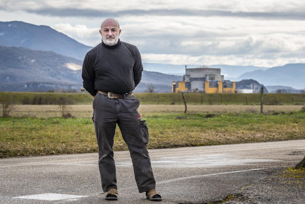 Yves Pussier pose devant le site nucléaire de Malville depuis le village de Faverges, commune de Creys-Mépieu (Isère), le samedi 8 février 2019.